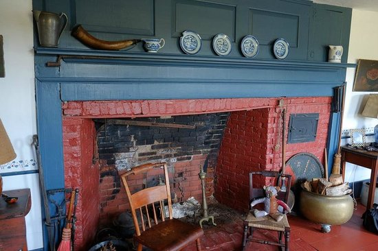 Micmac Farm Guesthouses and Gardner House: Main room fireplace at the main house