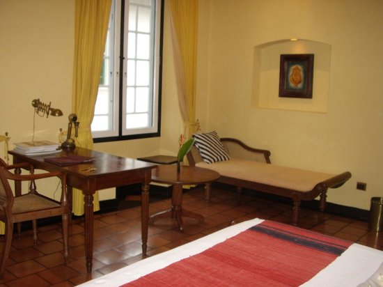 Old Harbour Hotel Restaurant: Tastefully furnished with antiques and art works