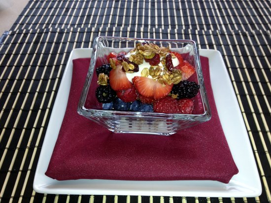 Westport Bayside Bed & Breakfast: Yogurt with Homemade Granola & Berries