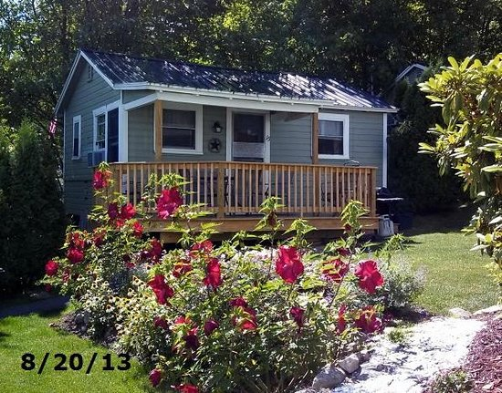 Lakeview House & Cottages: Cottage 15 among the hibiscus