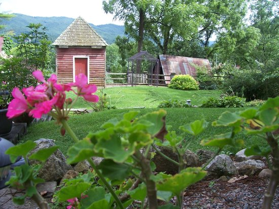 Prospect Hill Bed & Breakfast Inn: The back yard and gardens