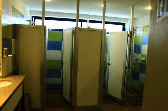 Hostel & Suites de Rio : chuveiro coletivo com separacao para ducha e vestiario