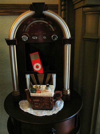 The Maid's Quarters Bed, Breakfast & Tearoom: New Old Music machine