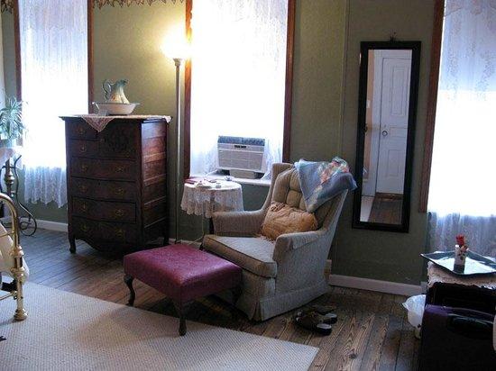 The Maid's Quarters Bed, Breakfast & Tearoom: Cozy room