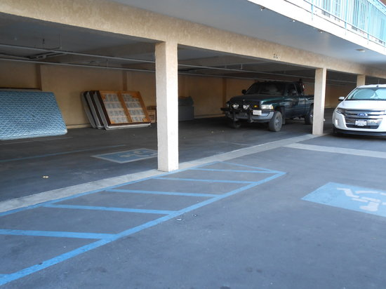 Days Inn Riverside-Tyler Mall : Some covered parking available