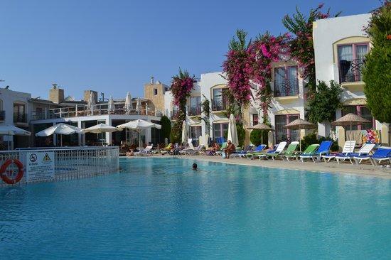 Hotel Serpina: zwembad vanaf de overzijde