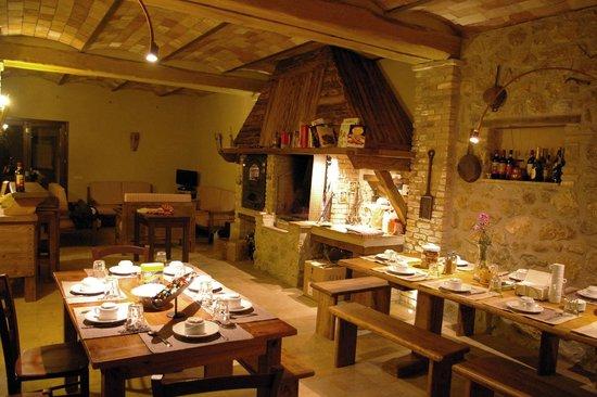 la taverna con il camino e il forno a legna picture of