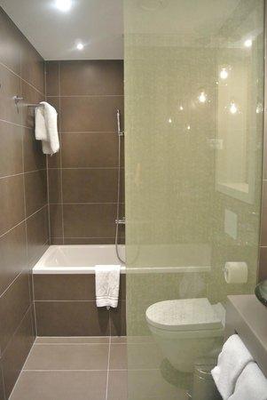 Hotel UNIC Prague: Baño
