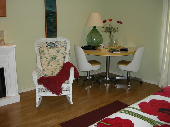 Sechelt Inlet B&B : Arbutus Room sitting area