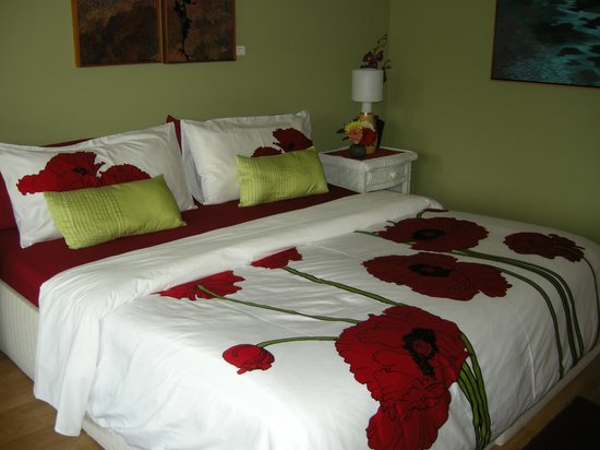 Sechelt Inlet B&B : Arbutus room king size bed