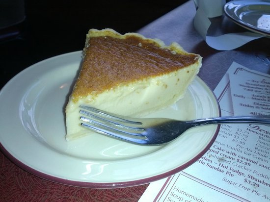 Mount Hope, โอไฮโอ: Amish-style Custard Pie at Mrs. Yoder's Kitchen in Mt. Hope, Ohio