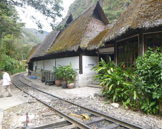 Café Inkaterra: Main entrance across the rail line