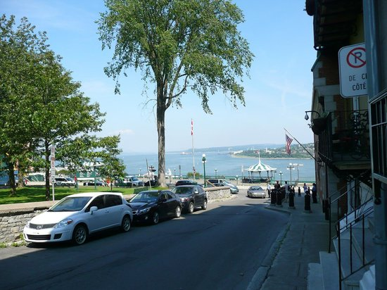 Maison du Fort : view of front street leading to the St-Laurence river