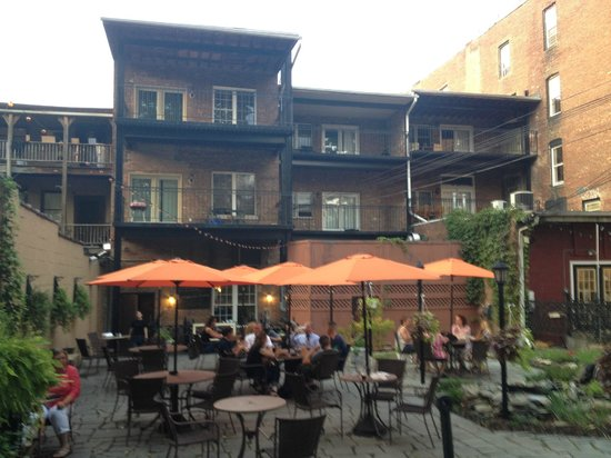 Schatzi's Pub and Bier Garden: Main outdoor seating area