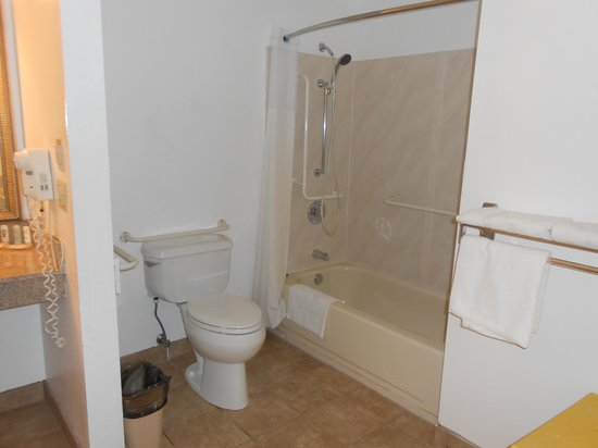 Quality Inn: Large accessible bathroom