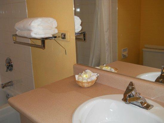 Pacific Inn Resort and Conference Centre : con toallas y lo necesario para relajarte después de un pequeño viaje desde Seatle or Vancouver