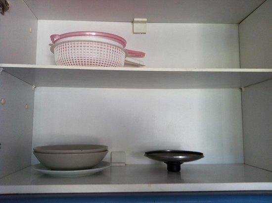 Amber Apartments : 2 colanders. No pans