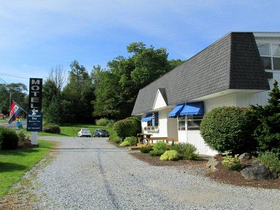 Schooner Bay Motor Inn : exterior view of motel (ice room)