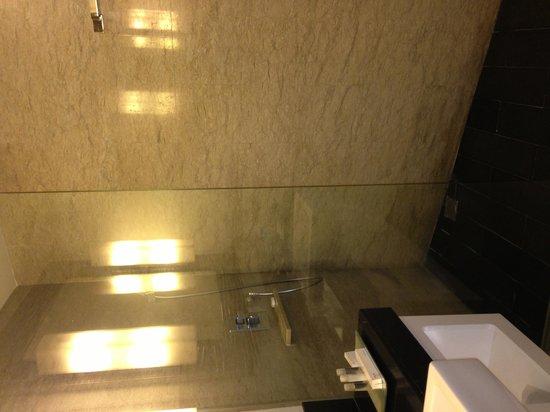 Sensa Hotel: Deluxe' Bathroom