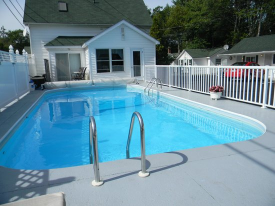 Mackenzie's Motel and Cottages: Super heated pool and area