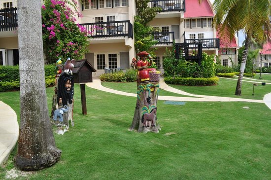 Sandals Negril Beach Resort & Spa: Sandals Negril, statues from trees