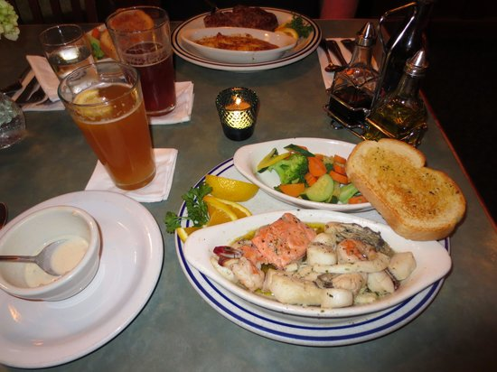 Dooger's Seafood & Grill: Seafood Combination plate