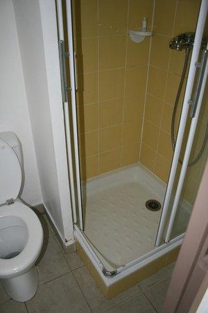 Pierre & Vacances Résidence Marie Galante : douche - WC RDC espace très réduit