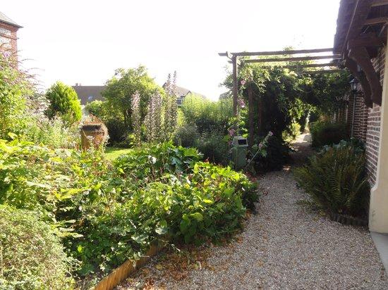 Le Relais des Dalles : Allée donnant sur les chambres et le jardin