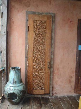 BaanBooLOo Village : Porte donnant sur la salle de bain