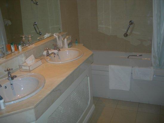 Killarney Royal: Bathroom pic 1