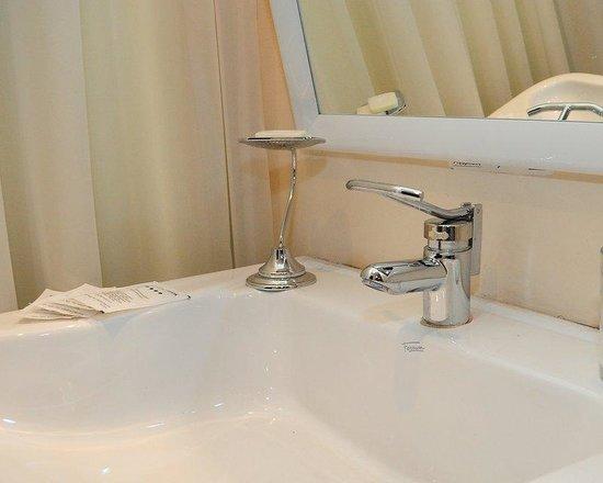 Hotel Atrium Gualok: Bathroom Queen Room
