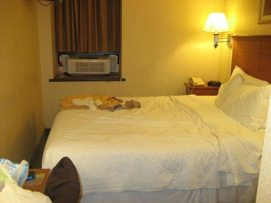 Econo Lodge Times Square My Queen Size Bed See The Small E To Walk