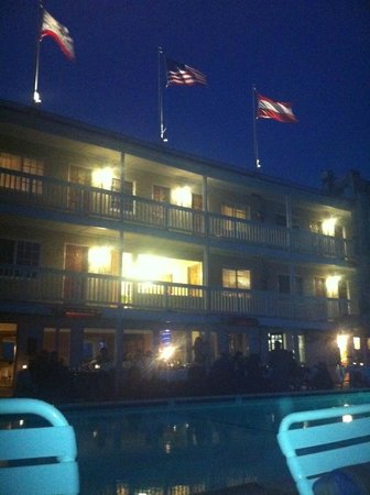 Cliff House Inn on the Ocean: At night the hotel viewed from the pool