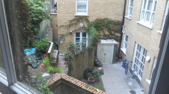 Park Grand London Kensington: Den lidt morsomme udsigt fra vores værelse, med sol om morgenen.