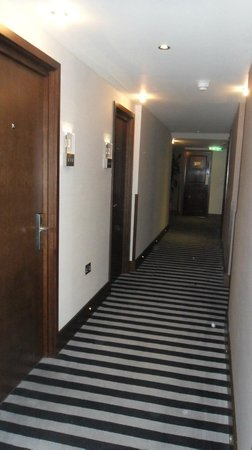 Park Grand London Kensington: En af hotel gangene.