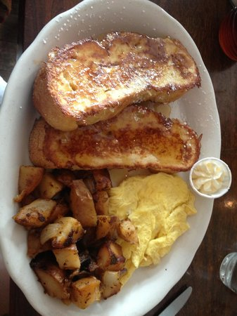 Sneakers Bistro & Cafe: Kahlua French Toast did not disappont