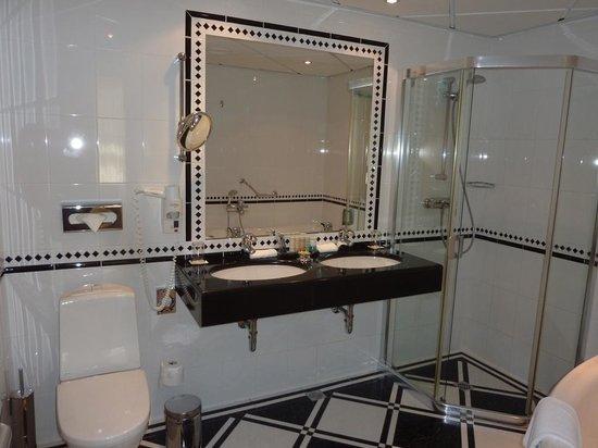 Radisson Blu Ridzene Hotel: Banheiro maior