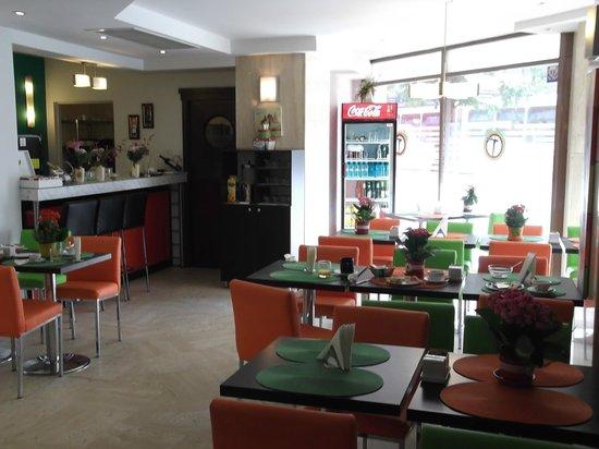 Tempo Hotel: breakfast room