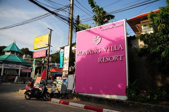 Aonang Villa Resort : ホテル入り口のショッキングピンクの看板