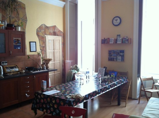Budapest Centrum Hostel: Kitchting / living area