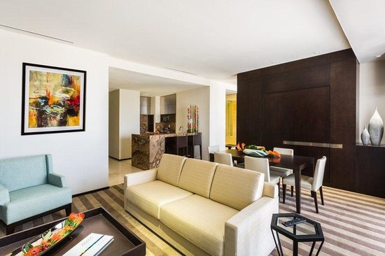 EB Hotel Miami Airport: Living Room
