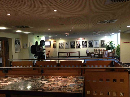 Hollywood Media Hotel : The lounge area before entering the restaurant