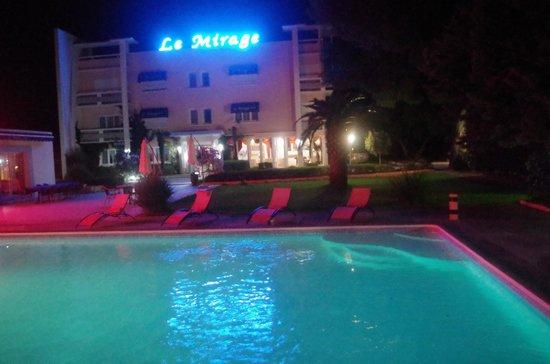 Hotel le Mirage : PISCINE DE NUIT
