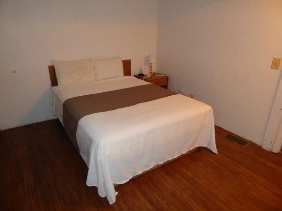 Brookside Motel : Single Queen Room