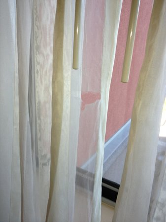 Courtyard by Marriott Los Angeles Westside: sheer drapes need work...