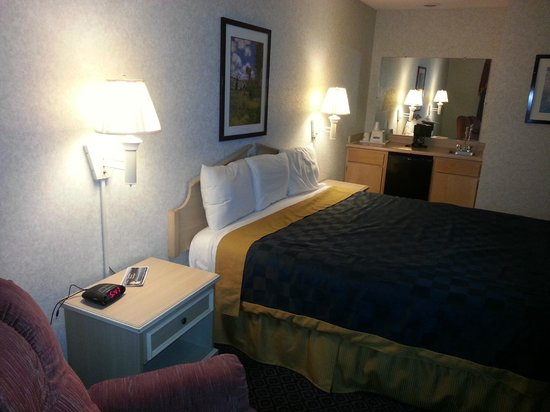 Travelodge Santa Clarita/Valencia : King bed, recliner, wet bar