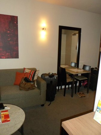 Adina Apartment Hotel Berlin Checkpoint Charlie: couch on left with table on right