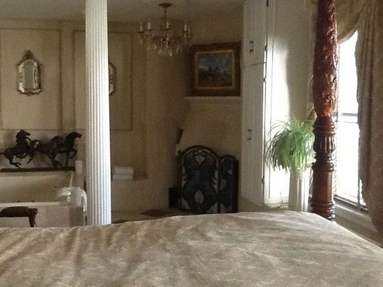 Historic Jacob Hill Inn: Newport suite with fireplace & jacuzzi