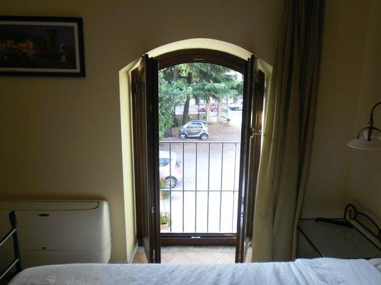 Hotel Antichi Cortili: Zimmer 2, Aussicht auf den Parkplatz