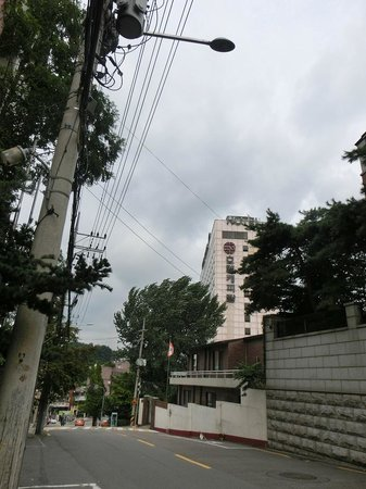 Hotel Capital : ドイツ大使館の前から見たホテル
